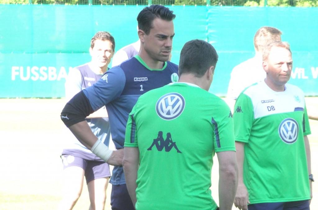 Hecking und Benaglio im Gespräch - erst nahe des Trainingsplatzrandes, später weiter hinten auf dem Platz (siehe Foto oben).