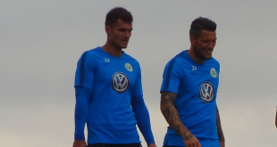 Pavao Pervan und Daniel Ginczek vom VfL Wolfsburg